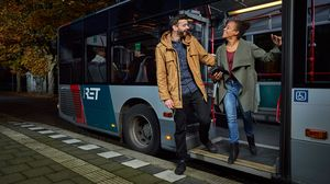 Reizigers stappen uit de RET BOB-bus