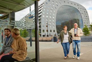 Reclame op digitale schermen in autobussen en metrostations