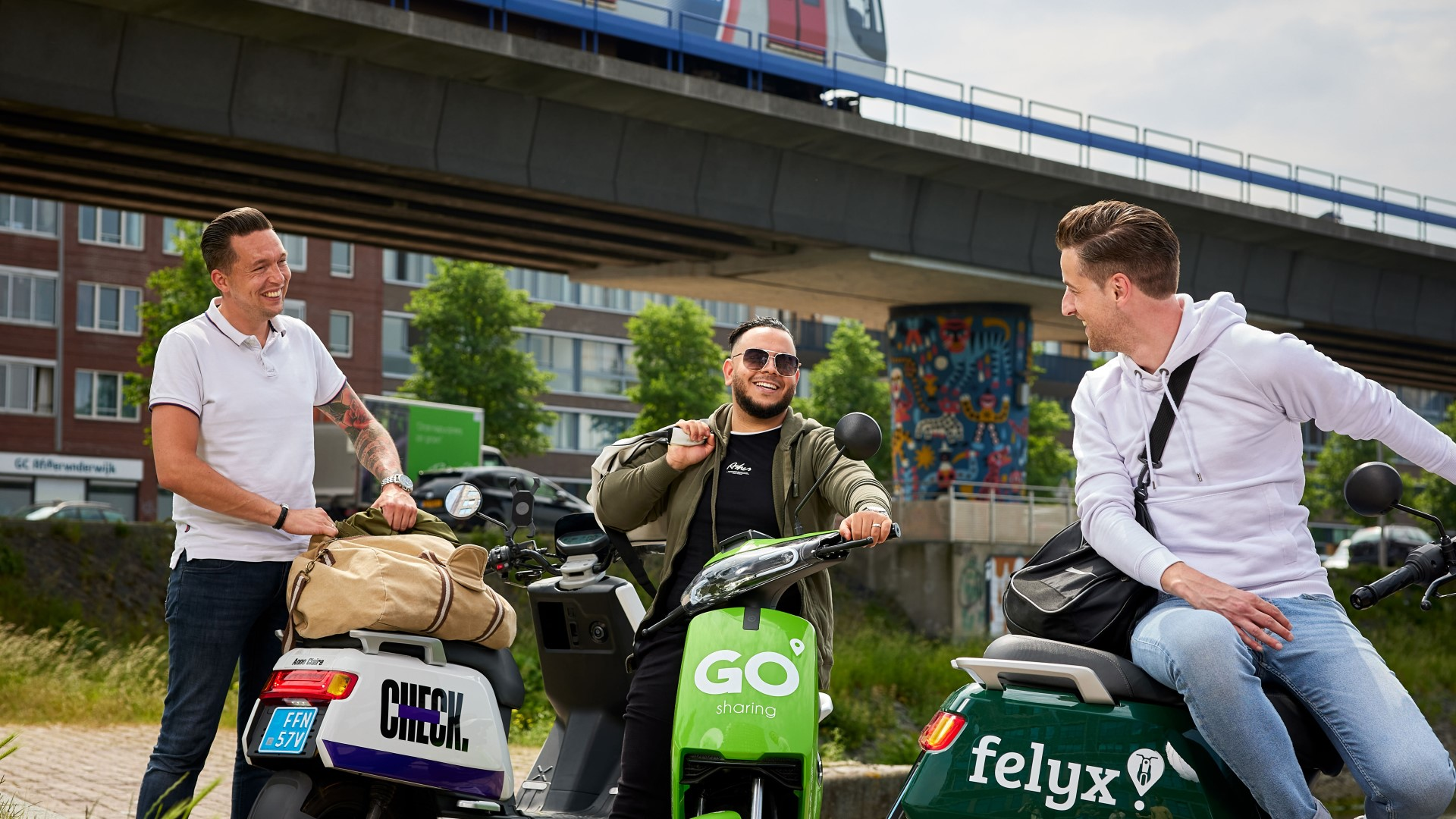 Maak je OV-reis compleet met een deelscooter, deelfiets, deelauto of de Watertaxi. Nu gratis rijminuten met de code RET2021